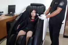 khach-mua-ghe-massage-drcare-922