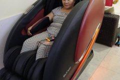 khach-mua-ghe-massage-drcare-922-17