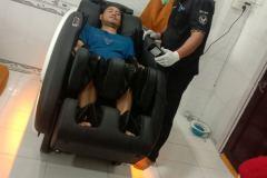 khach-mua-ghe-massage-drcare-922-27
