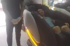 khach-mua-ghe-massage-drcare-922-29