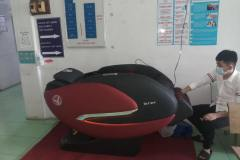 khach-mua-ghe-massage-drcare-922-50