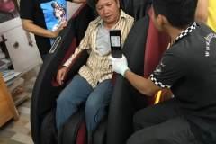 khach-mua-ghe-massage-drcare-922-53