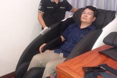 khach-mua-ghe-massage-drcare-922-54