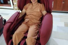khach-mua-ghe-massage-drcare-955-10