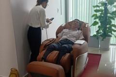 khach-mua-ghe-massage-drcare-955-20