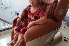 khach-mua-ghe-massage-drcare-955-23