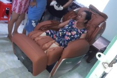 khach-mua-ghe-massage-drcare-955-24