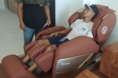khach-mua-ghe-massage-drcare-955-29