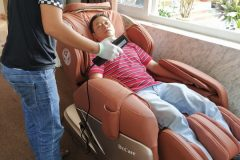 khach-mua-ghe-massage-drcare-955-3