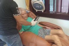 khach-mua-ghe-massage-drcare-955-30