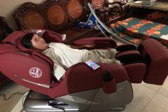 khach-mua-ghe-massage-drcare-955-6