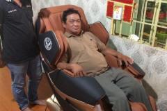khach-mua-ghe-massage-drcare-819-11