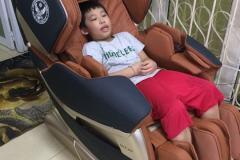 khach-mua-ghe-massage-drcare-819-12