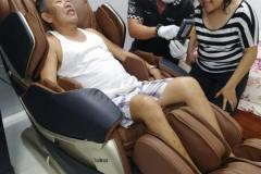 khach-mua-ghe-massage-drcare-819-13