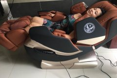 khach-mua-ghe-massage-drcare-819-18