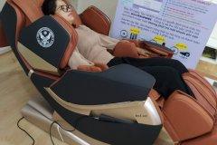 khach-mua-ghe-massage-drcare-819-19