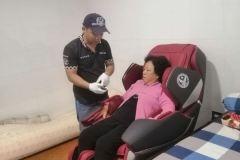 khach-mua-ghe-massage-drcare-819-22
