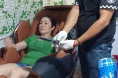 khach-mua-ghe-massage-drcare-819-23