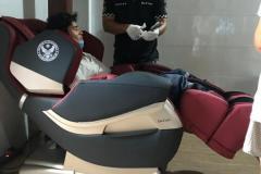 khach-mua-ghe-massage-drcare-819-24