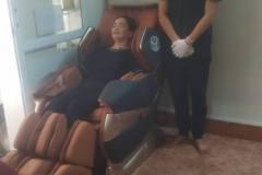 khach-mua-ghe-massage-drcare-819-27