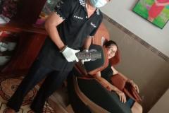 khach-mua-ghe-massage-drcare-819-30