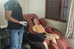 khach-mua-ghe-massage-drcare-819-35