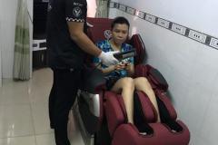 khach-mua-ghe-massage-drcare-819-38