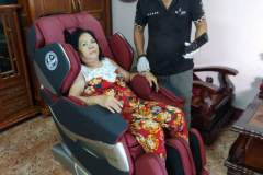 khach-mua-ghe-massage-drcare-819-40