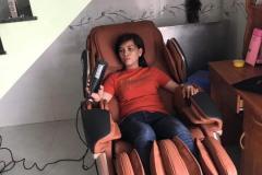 khach-mua-ghe-massage-drcare-819-43