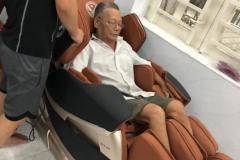 khach-mua-ghe-massage-drcare-819-8