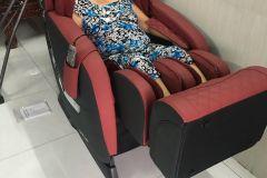 khach-mua-ghe-massage-drcare-838-13