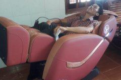 khach-mua-ghe-massage-drcare-838-14