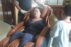 khach-mua-ghe-massage-drcare-838-29