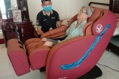 khach-mua-ghe-massage-drcare-838-32