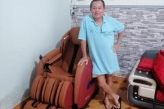 khach-mua-ghe-massage-drcare-838-36