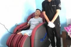 khach-mua-ghe-massage-drcare-838-37