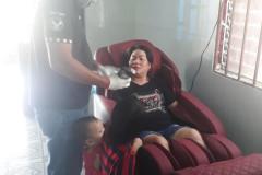 khach-mua-ghe-massage-drcare-838-38