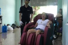 khach-mua-ghe-massage-drcare-838-41