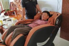 khach-mua-ghe-massage-drcare-838-42