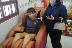 khach-mua-ghe-massage-drcare-838-44