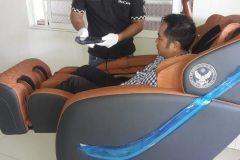 khach-mua-ghe-massage-drcare-838-46