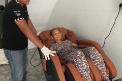 khach-mua-ghe-massage-drcare-838-50