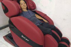 khach-mua-ghe-massage-drcare-912-10