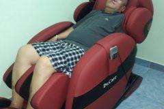 khach-mua-ghe-massage-drcare-912-14