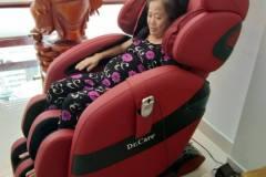 khach-mua-ghe-massage-drcare-912-15