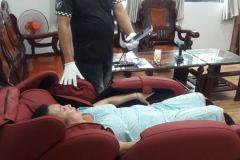 khach-mua-ghe-massage-drcare-912-17