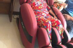 khach-mua-ghe-massage-drcare-912-25