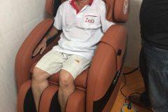 khach-mua-ghe-massage-drcare-912-26