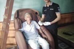 khach-mua-ghe-massage-drcare-912-28