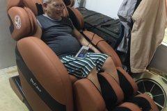 khach-mua-ghe-massage-drcare-912-29